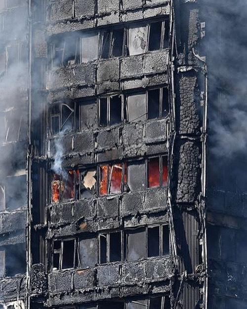 La foto mostra chiaramente che i pannelli di rivestimento sono crollati ed il cappotto isolante ha partecipato parzialmente alla combustione. Si vedono anche i classici effetti del flashover all'interno degli alloggi (fonte: Flickr Mémoire2cité)