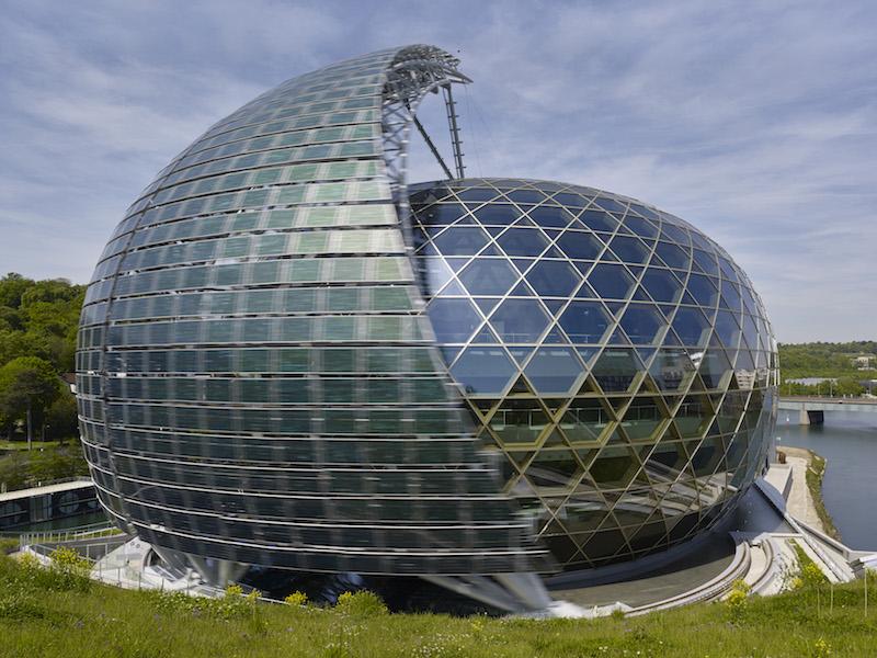 La sfera vetrata, elemento emblematico della Seine Musicale, è protetta da una vela fotovoltaica che ruota attorno alla struttura in base al sole © Didier Boy De La Tour