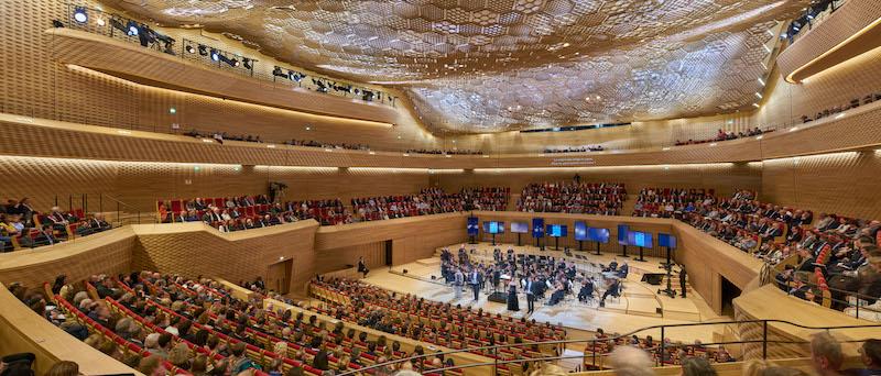 Pareti e soffitti interni dell'Auditorium sono rivestiti da una varietà di superfici in legno, carta e cartone che creano un ambiente caldo e organico © Didier Boy De La Tour