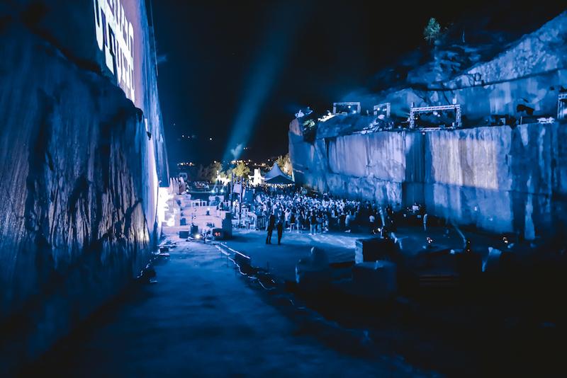 La parete di beola diventa scenografia di una performance