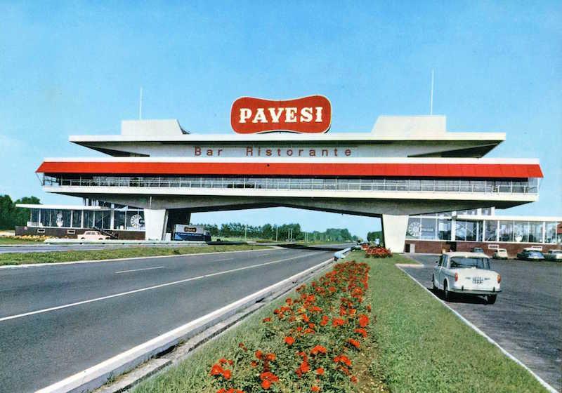 Lo storico Autogrill Pavesi di Novara nord e sud; progetto dell'architetto Angelo Bianchetti (1962)