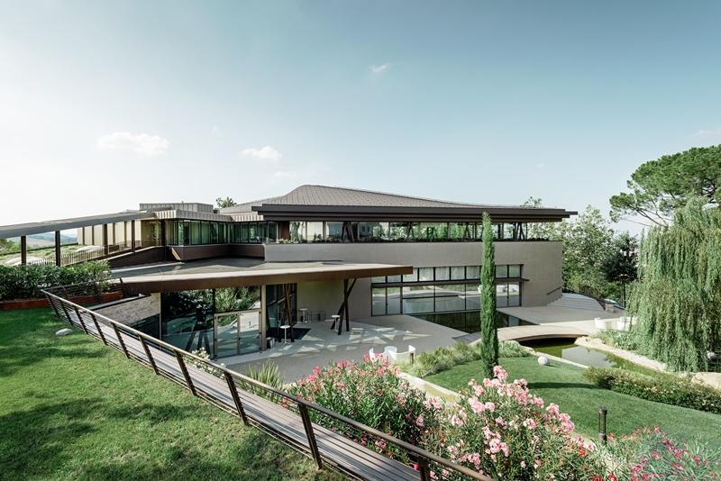 I rivestimenti in alluminio per la copertura sinuosa del resort la