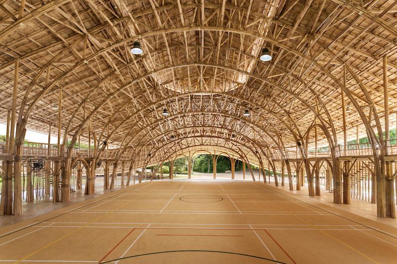L'arena per lo sport, spettacoli e assemblee coperta da un intricato traliccio strutturale in bambù © Alberto Cosi