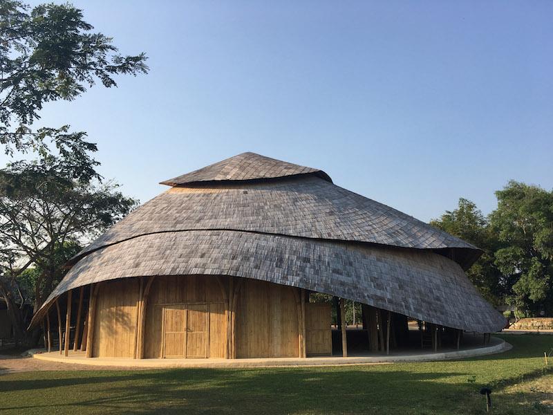 In linea con l'istruzione olistica, i principi buddisti e l'etica green della scuola, il nuovo padiglione è interamente in bambù e riduce l'impronta di carbonio a zero © Markus Roselieb (CLA)