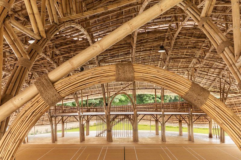 La struttura in bambù lasciata a vista, presenta tralicci prefabbricati uniti insieme attraverso funi e corde, senza connessioni o rinforzi in acciaio © Alberto Cosi