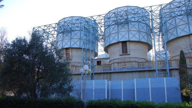 Le torri di raffreddamento della centrale Enel di Bari