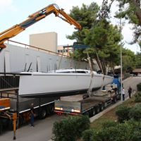 Lo spostamento della barca dai laboratori del Poliba