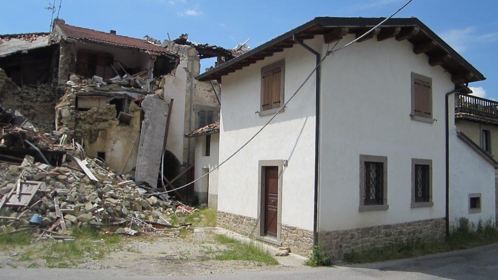 Edificio 6 ed edifici limitrofi: post-terremoto 24 agosto M 6.0 - Foto- © Consorzio POROTON®