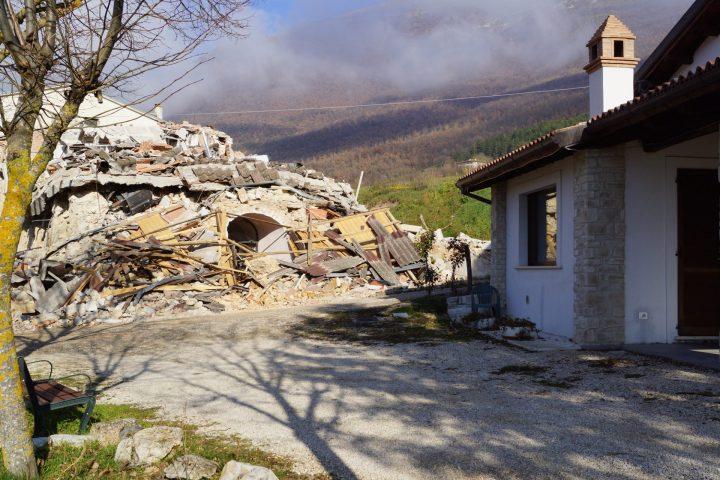 Fig. 9: Abitazione crollata nelle vicinanze dell'edificio 2 che si scorge in primo piano (Post-terremoto 30 ottobre M 6.5). Foto © Consorzio POROTON®