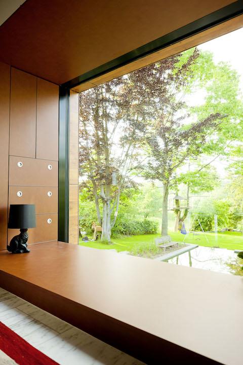 """In questa foto, applicazione pratica del pannello Ornilux in un'abitazione privata in Germania, mentre nella foto in basso, il dettaglio del medesimo pannello nella fantasia """"Mikado"""" (per gentile concessione di Ornilux – Arnold Glas)"""