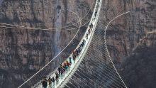 Il ponte di vetro sospeso più lungo del mondo è (di nuovo) in Cina