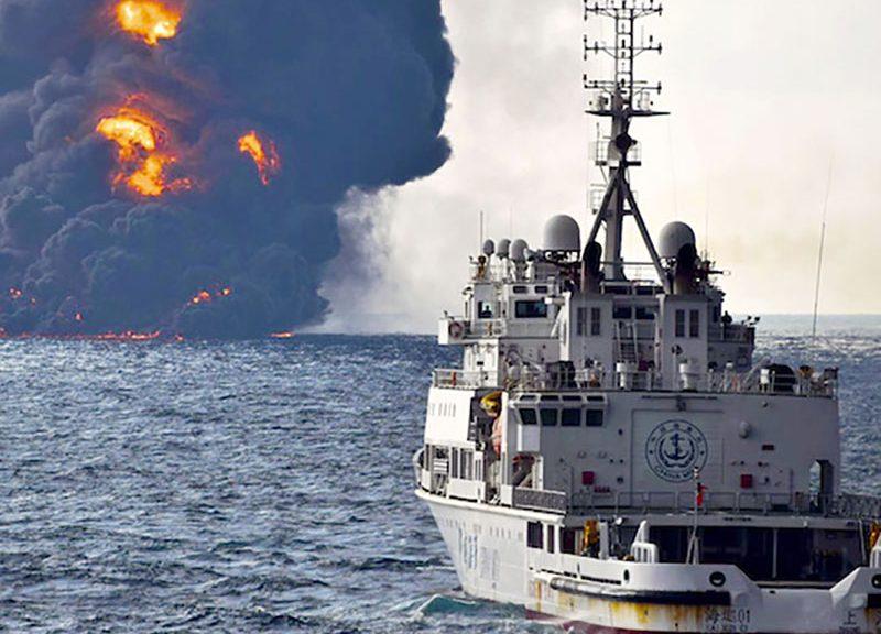 Questa foto è di domenica 14 gennaio 2018, fornita dal Ministero dei Trasporti cinese: una nave di salvataggio naviga verso la petroliera iraniana Sanchi, nel Mar Cinese Orientale. L'incendio è avvenuto il 6 gennaio, ha detto un portavoce del Ministero, e continua a destare preoccupazioni l'inquinamento del fondo marino e delle acque circostanti.  (PRC Ministry of Transport via AP)