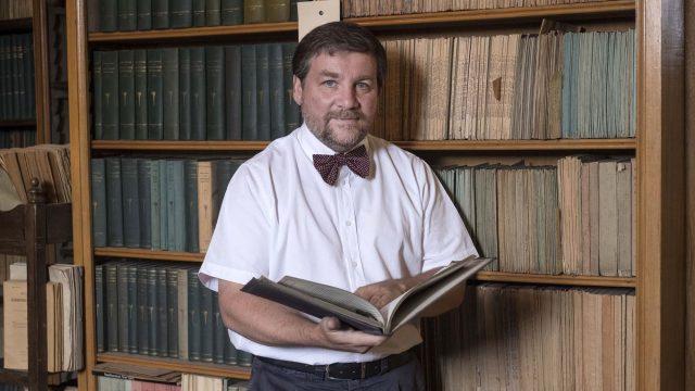 Luca Mercalli all'interno dell'Osservatorio di metereologia di Moncalieri SMI - courtesy of Luca Mercalli