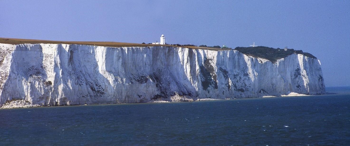 Fig.2 Le bianche scogliere di Dover (England) e la traccia di recenti collassi, in più punti al piede.