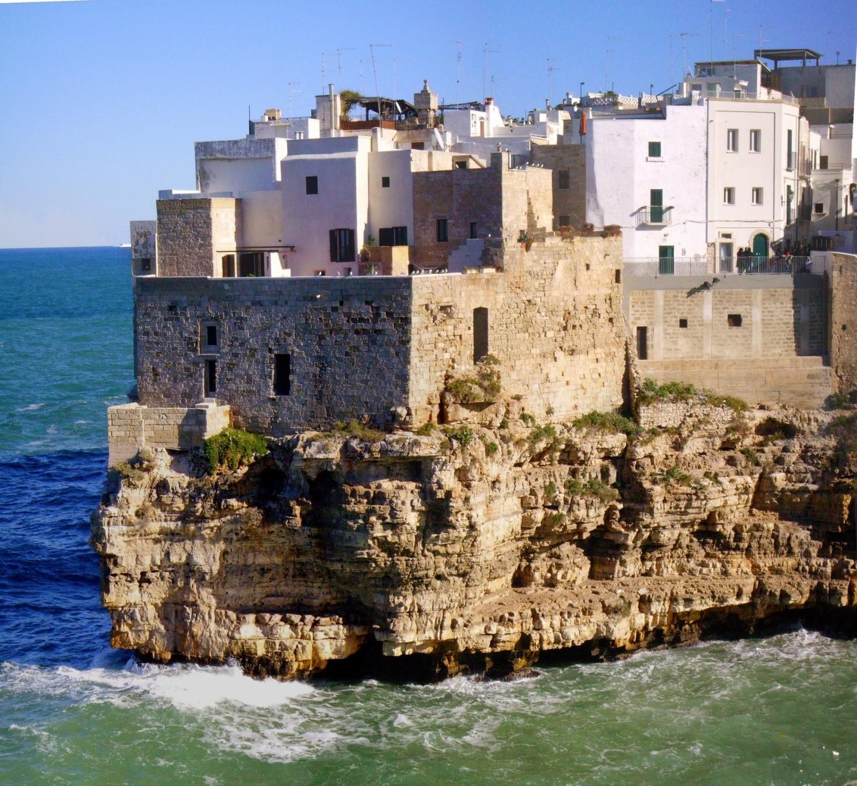 Fig.3 La falesia su cui sorge l'abitato antico di Polignano a Mare