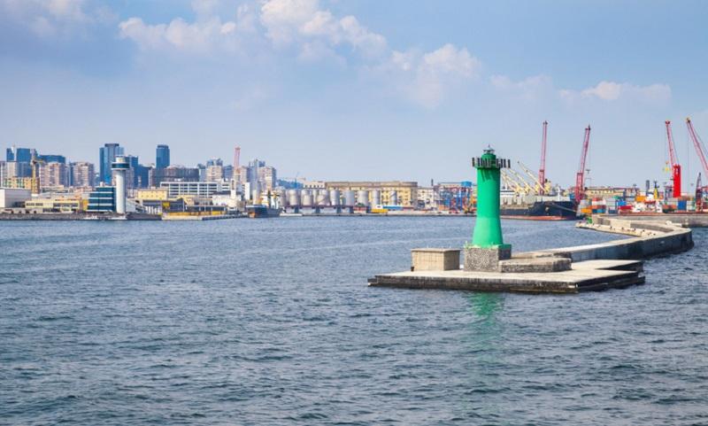 L'ingresso del porto di Napoli