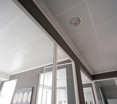 Figura 7. Quadrotti radianti metallici a soffitto (Fonte: RDZ)