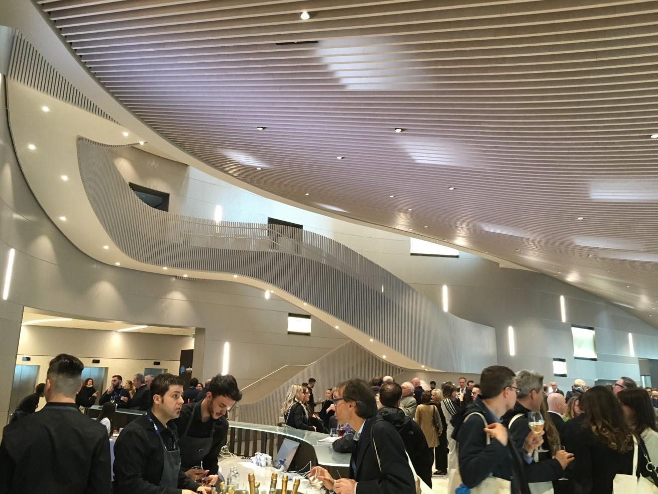 L'atrio della nuova sede direzionale con la scala scenografica di Cino Zucchi