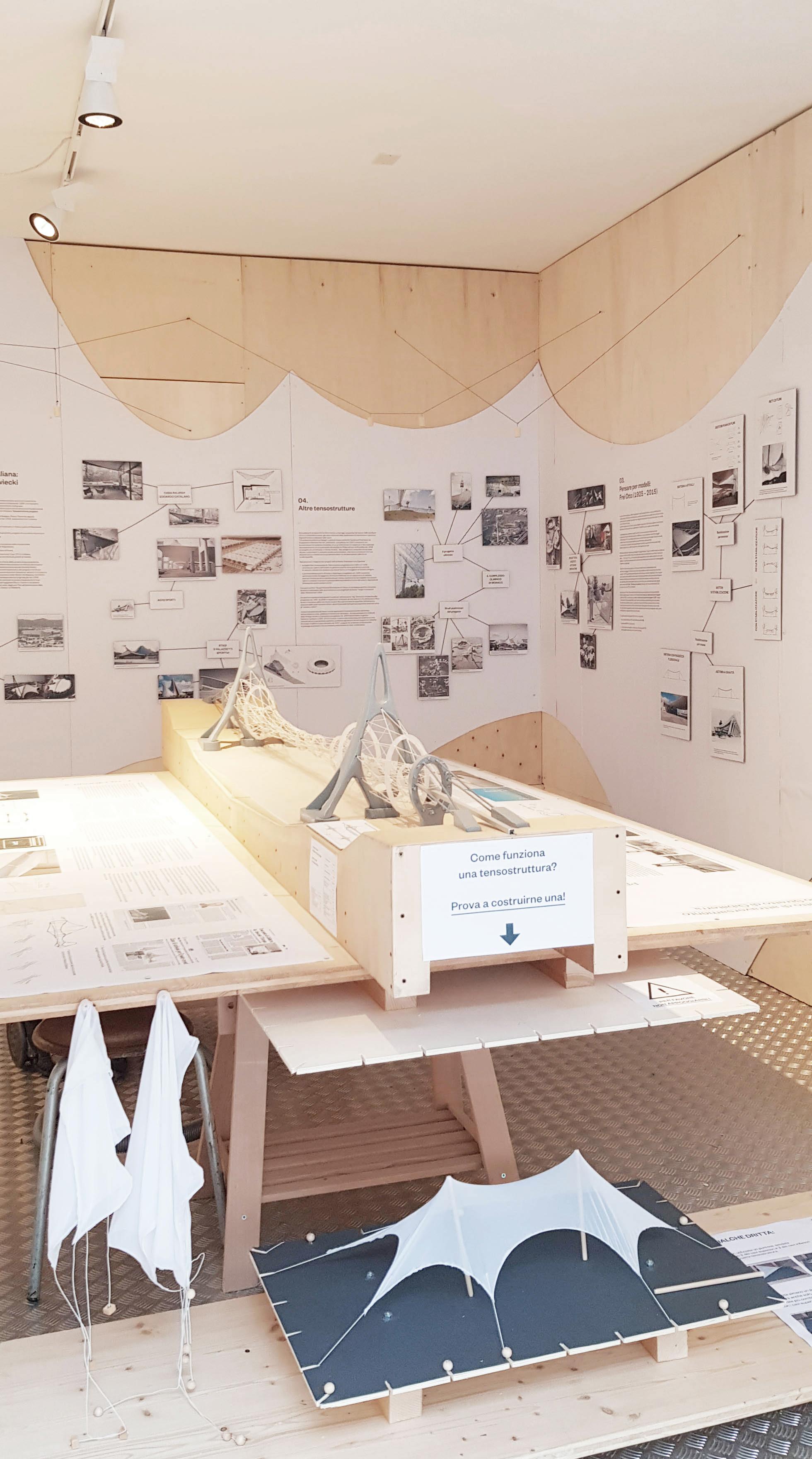 Al centro della mostra, il modello in scala del ponte di Gibilterra; in basso, un piccolo prototipo di tensostruttura con una tela elastica © Marco Peroni Ingegneria