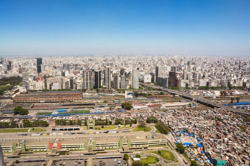 Binari ferroviari e sullo sfondo la cittù di Buenos Aires