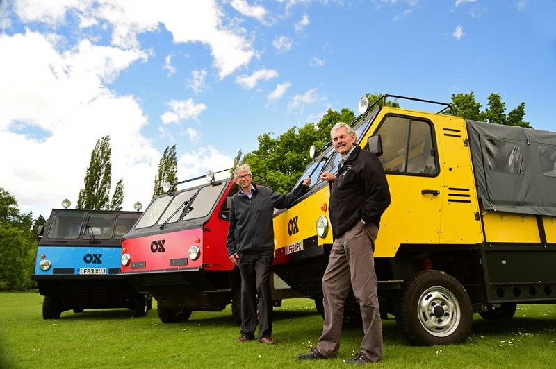 Torquil Norman e Gordon Murray con i camion smontabili OX