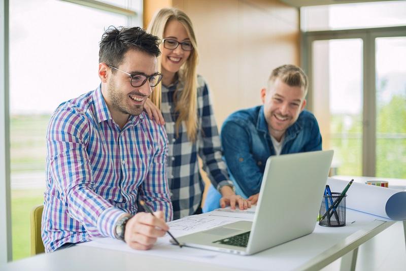 Giovani ingegneri e architetti a lavoro insieme