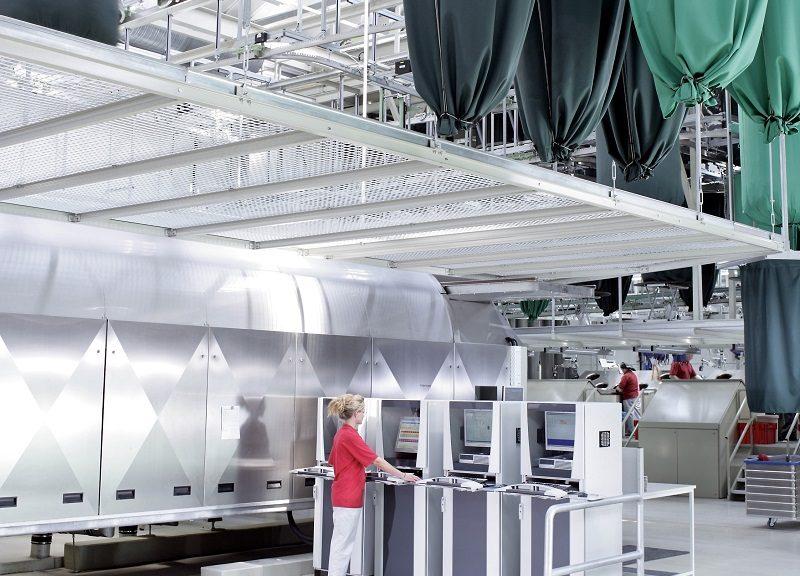 I tessili MEWA vengono lavati in impianti moderni che risparmiano acqua, utilizzando esclusivamente detergenti biodegradabili in dosi minime. Sia l'impianto di lavaggio che quello di dosaggio dei detergenti sono automatici e rigorosamente controllati.  (Foto: MEWA)