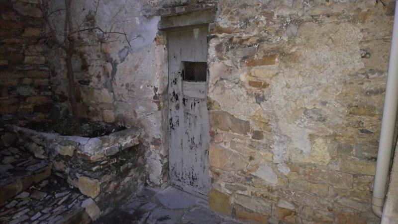 San Bartolomeo al Mare (IM), frazione Chiappa – facciata in pietra di edificio vincolato avente valore testimoniale e paesaggistico