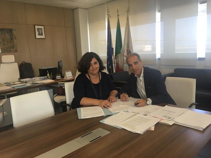 La firma della convenzione per stanare l'abusivismo edilizio grazie al supporto del SIT tra gli assessori Carla Tedesco e Alfonso Pisicchio