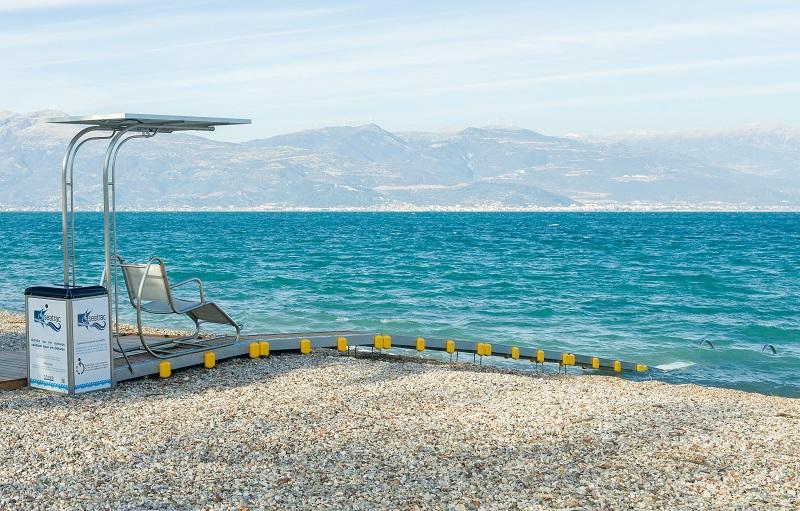 Una sedia Seatrac installata su una spiaggia della Grecia