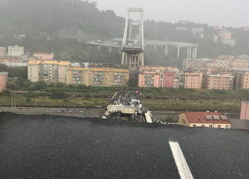 Uno scatto del Ponte Morandi subito dopo il crollo del 14 agosto 2018