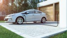 Auto elettriche e auto ibride, estate da boom in Italia