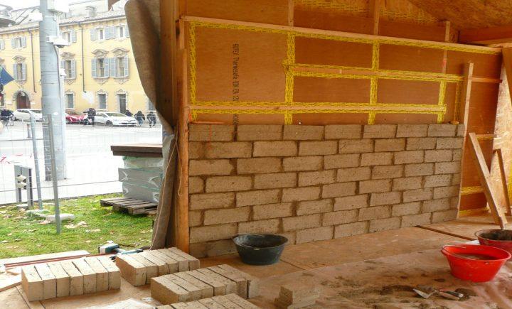 Parma 2016, Modulo ECO: contro parete di accumulo con mattoni di terra cruda. Progetto dell'associazione Manifattura Urbana (www.manifatturaurbana.org)