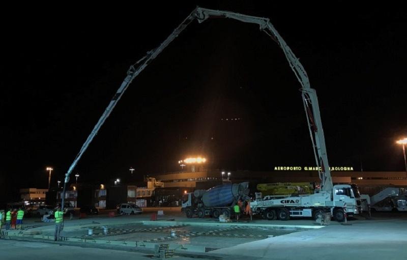 I lavori in notturna sulla pista del Marconi di Bologna