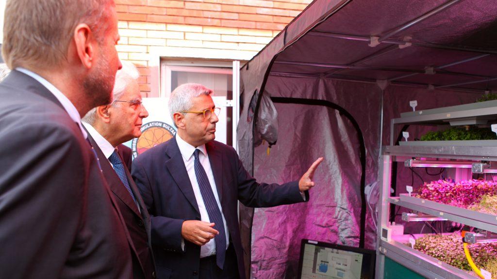 Il Presidente Mattarella - in una recente visita al centro ENEA Casaccia - di fronte al prototipo di HortExtreme