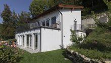 Edilizia in legno: una casa prefabbricata Vario Haus resiste a una frana