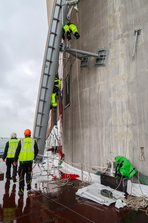 Figura 4 - Alla torre di test thyssenkrupp di Rottweil, una struttura di acciaio unisce la membrana esterna alle pareti di calcestruzzo. Questa struttura è stata ancorata al fondo di ancoraggio dal costruttore della facciata con i fissaggi per carichi pesanti fischer