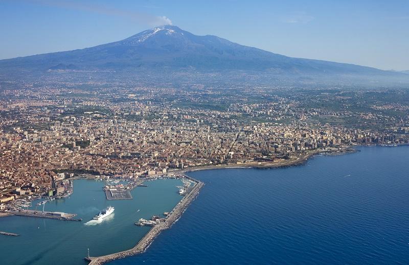 Una vista di Catania, dal mare all'Etna sullo sfondo