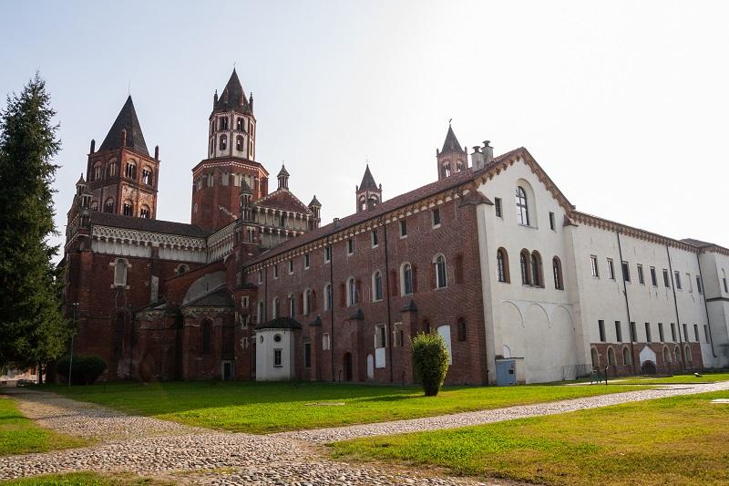 La Basilica di Sant'Andrea, uno dei primi esempi di cattedrale realizzata in  gotico in Italia